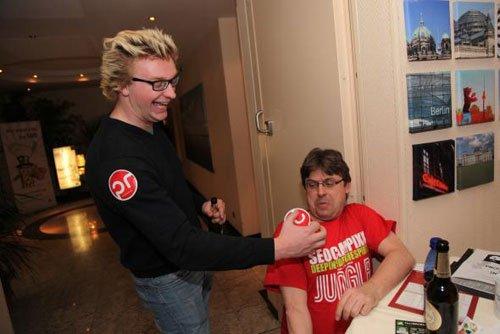 Thomas zwingt Frank in die Knie